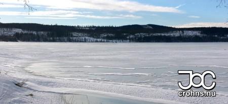 Snöbristen gör isen fin att gå på.